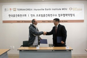 Satprem Maïni and Dr. Heyzoo Hwang shaking hands after the signature of the MoU