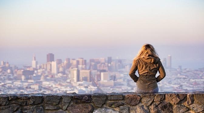 Femme assise seule sur un mur