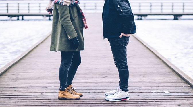 Homme et femme se tenant face à face