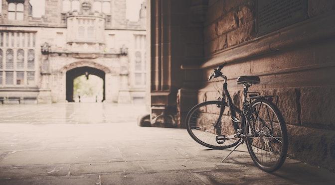 Bicyclette dans une cour.