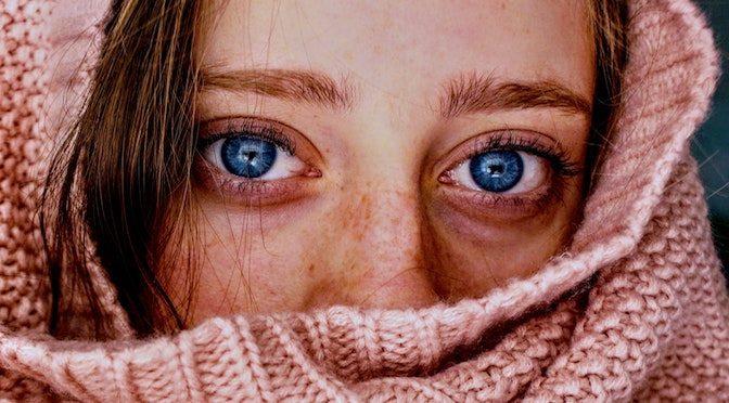 Jeune femme dans une écharpe rose