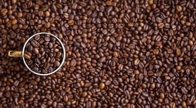 Tasse de café remplie de grains de café