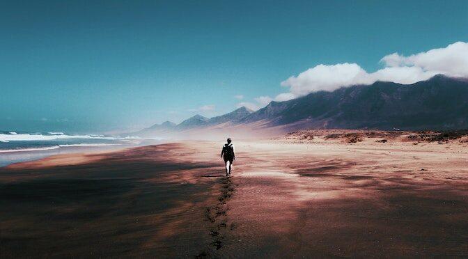 Personne marchant seule dans le sable