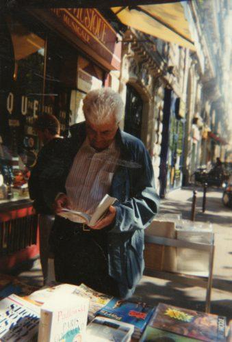 Claude Kastler dans une librairie parisienne [Photographie de Lioudmila Kastler]