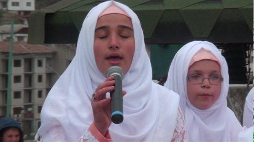Jeune fille de la mosquée chantant un ilahi – Photo issue de la vidéo du hatim 2015 de Roudozem