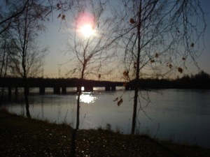 Il est midi au bord du fleuve.