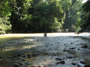 La rivière Lesan, proche du site Liang Pemalawan / Lesan river, near Liang Pemalawan site