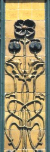 Figura 3 - Azulejos da autoria de Viriato Silva produzidos na Fábrica Constância. Rua das Janelas Verdes, nº 70-78 (Lisboa).