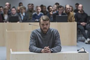 Claus Michael Pedersen (Pilou Asbaek) vor Gericht
