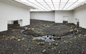 Olafur Elíasson: Riverbed, 2014, Installation. Humlebæk: Louisiana Museum of Modern Art. © Galerie neugerriemschneider / Foto: Anders Sune Berg