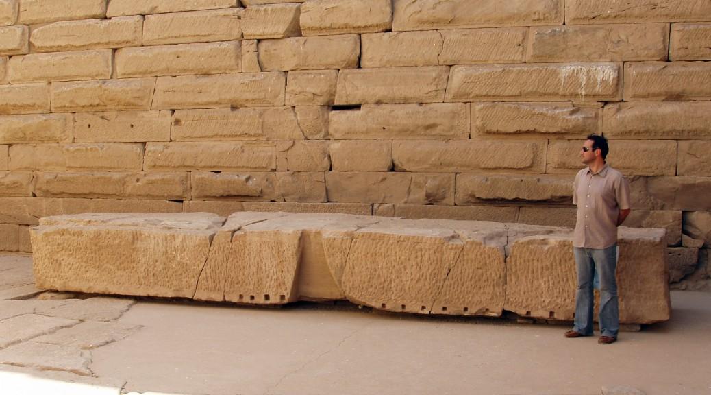 Dalle de couverture devant un mur composé de blocs calibrés au temple de Kalabsha. (Egypte)