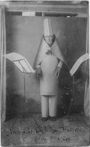 Hugo Ball als magischer Bischof im kubistischem Kostüm, Zürich 1916, Courtesy Nachlass Hugo Ball und Emmy Hennings Schweizerisches Literaturarchiv, Bern.