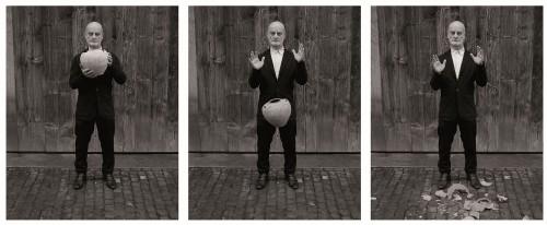 Manuel Salvisberg zerstört eine Vase von Ai Wei Wei
