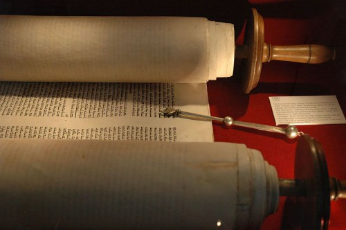 Torah hebrea en rollo. Gran Sinagaga de Wlodawa - Polania. (Fuente: Wikipedia)