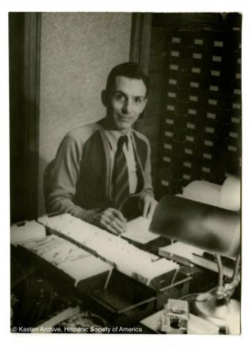 """Lloyd Teale, trabajando con el fichero de Tentative 2.  """"Kasten Archive"""", Hispanic Society of America."""