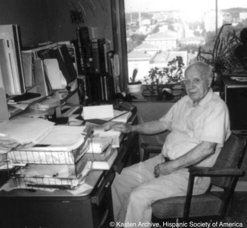 Lloyd Kasten, ya jubilado, en su despacho de Madison trabajando en el Diccionario de la prosa castellana del rey Alfonso X.