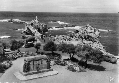 Biarritz, les noms sont gravés côté océan Source : Collection particulière, carte postale, années 60