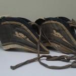 """Schuhe f&uuml;r Frauen mit abgebundenen, so genannten """"Lotosf&uuml;&szlig;en"""", aus Tsingtao mitgebracht von Josef Wiemer, Linz<br /> Privatbesitz Wallbr&ouml;hl, Linz"""