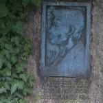 Porträt Walther Felds auf seinem Grabstein