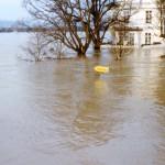 Hochwasser 1995, Fähranleger, im Hintergrund Haus Bucheneck und das bis unters Dach überflutete Büdchen, Foto: Stadtarchiv Linz