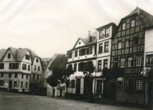 """Ehemalige Herberge """"Zum Heiligen Geist"""", heute Marktplatz 23 (rechts im Bild)"""