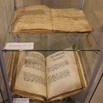Kirchenzinsregister (oben) und Statutenbuch der Stadt Linz