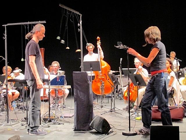 Ajustement millimétré de la position de la kinect droite qui, dans la première partie de l'œuvre, permet de détecter la main du chef d'orchestre mais aussi les cloches qu'il met en mouvement, tels des pendules.