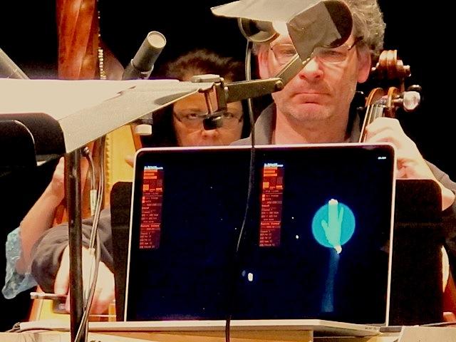 Le retour visuel de la captation de gestes pour le chef d'orchestre. L'écran affiche la zone de captation et l'activité des caméras.