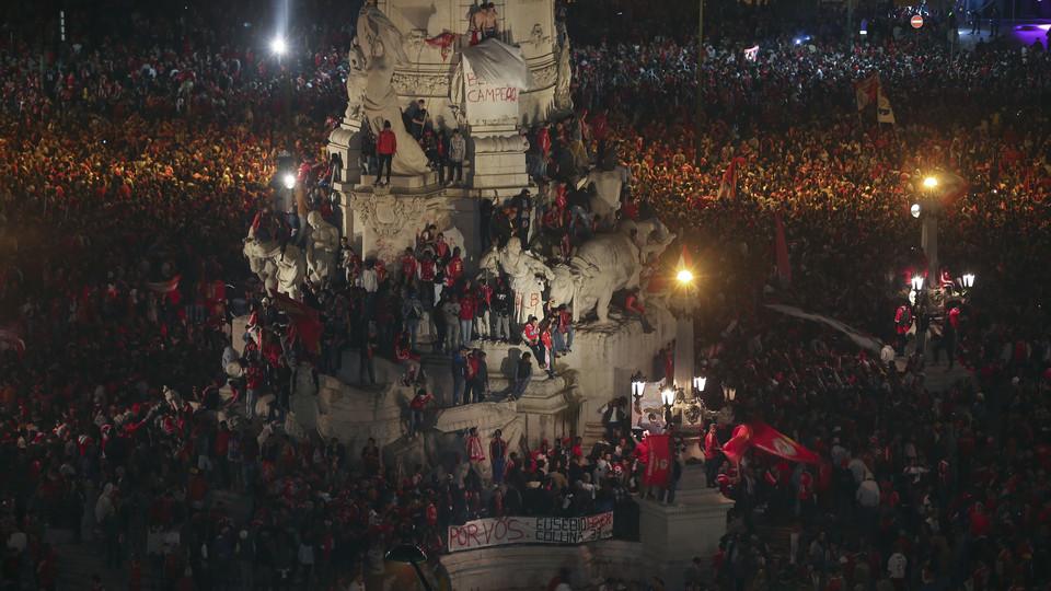 Adeptos benfiquistas no monumento ao Marquês de Pombal, em Lisboa. Foto: Lusa