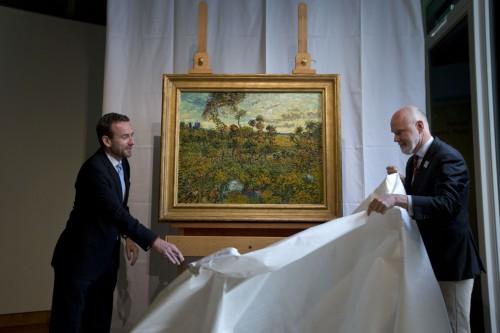 """A obra """"Sunset at Montmajour"""", autenticada pelo museu van Gogh e apresentada por Axel Ruger e Louis van Tilborgh, respetivamente, diretor e investigador sénior do museu Foto: AP Photo, 2013"""