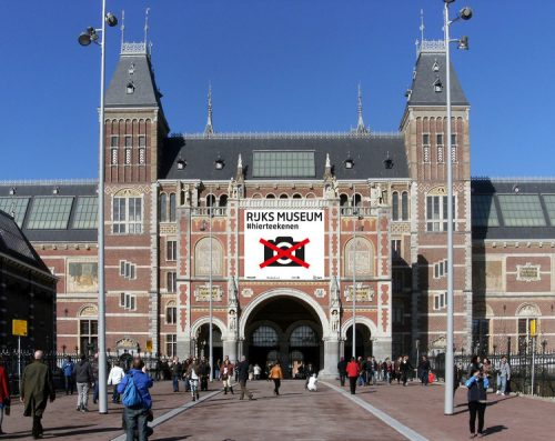 Fachada do Rijksmuseum, com o anúncio da campanha #Hierteekenen, ou (#Startdrawing)