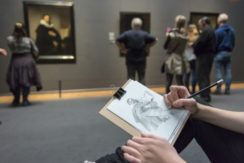 Visitante a desenhar no museu. #Startdrawing