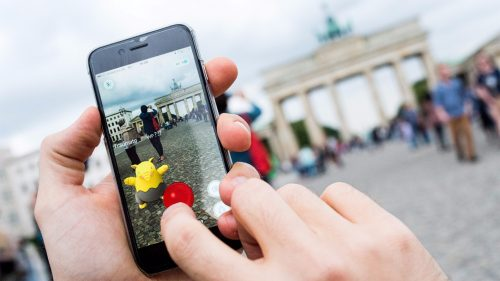 Pokémon Go nas Portas de Brandenburg, em Berlim Foto: Alexander Heinl/EPA, 2016