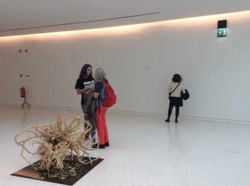 """Em primeiro plano, """"O fogo com uma imagem do teu ser imaginante, de António Carneiro, de 2011-2013 Ao fundo, visitante a consultar a tabela da obra Foto: MIR, 2016"""