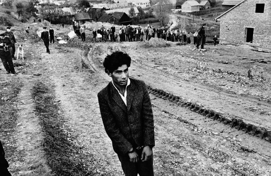 Reconstruction d'un homicide, de la série Gypsies,1963 © Josef Koudelka/Magnum Photos