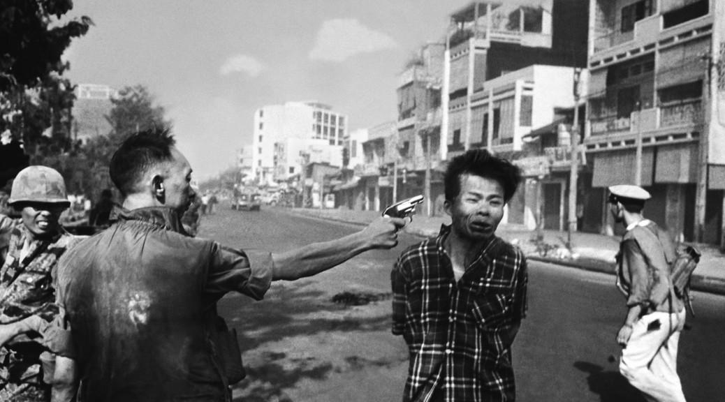 Saigon Execution, © Eddie Adams/AP, 1er février 1968. On attribue souvent à cette photographie iconique un changement brutal du soutien public à la guerre.