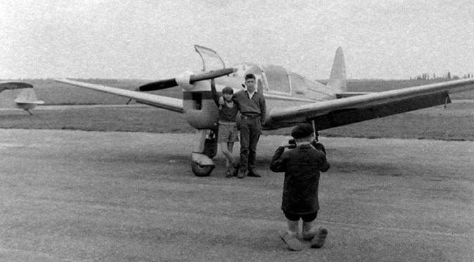 cndp-mnemosyne-voyage-scolaire-des-eleves-de-toussus-le-noble-visite-du-groupe-aerien-du-touring-club-de-france-des-eleves-se-font-photographier-devant-un-avion-1955