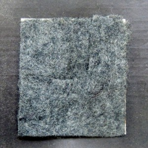 Materialprobe für Uniformstoff auf der Rückseite der Postkarte