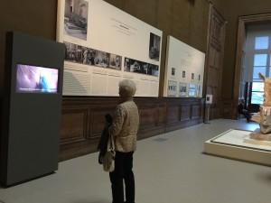 Écran à l'entrée de l'exposition.