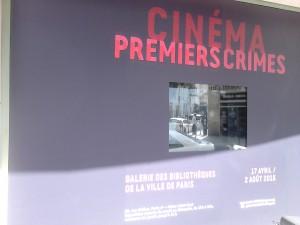 Exposition Cinéma Premiers Crimes. Ecran de la vitrine extérieure rue Malher Copyright: S.E. LOUIS