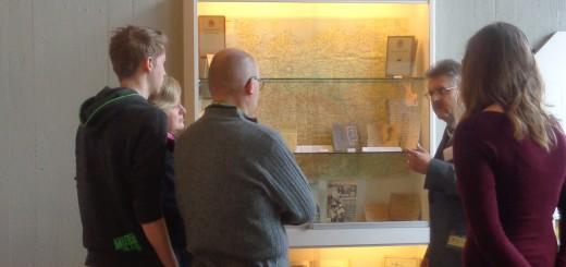 Archivleiter Dr. Klaus A. Lankheit im Gespräch mit Besucherinnen und Besuchern der Ausstellung.