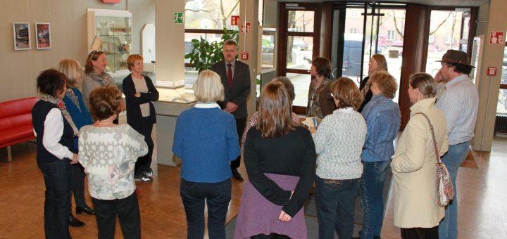 Archivleiter Dr. Klaus A. Lankheit im Gespräch mit Mitgliedern des Münchener Gästeführer Vereins. Foto: IfZ-Archiv. Alle Rechte vorbehalten.