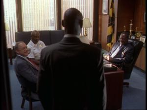 Daniels comprend qu'il est appelé à la rescousse et que McNulty est passé dans son dos (s03e06, Homecoming) – dernière image de l'épisode