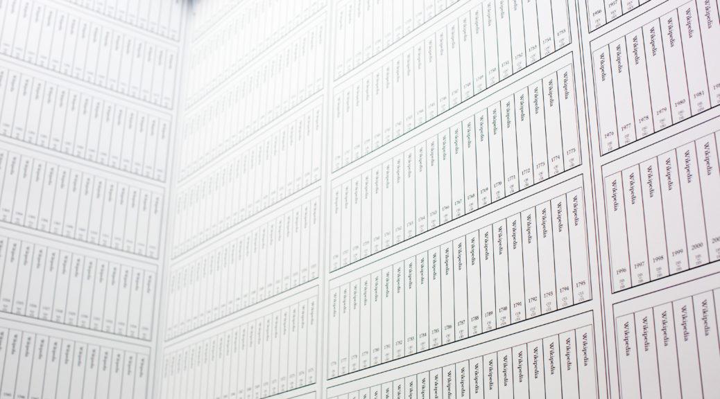 Des exemplaires de wikipédia imprimés pour une exposition.