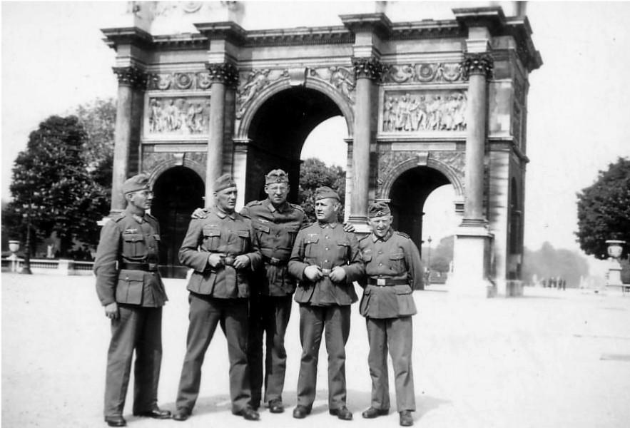 Deutsche Soldaten vor dem Arc de Triomphe du Carrousel im von den Deutschen besetzten Paris, 1940.