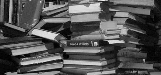 books in a stack (a stack of books) von Eva Bench, CC BY 2.0