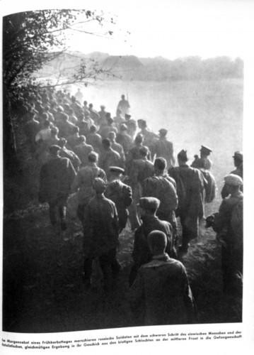 aus: Burda, Franz, (Hg.), Der Zweite Weltkrieg im Bild, Band 1: Von Nürnberg nach Stalingrad, Offenburg 1952, S. 175.