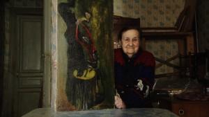 """Lenina mit einem Gemälde, Szene aus dem Film """"900 Days"""", Foto: Zeppers film & TV"""