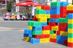 Installation der Initiative JER ME SE TIČE in Erinnerung an die 1992-95 in der Gemeinde Prijedor getötet Kinder (Quelle: Manuela Brenner, Prijedor 2015).