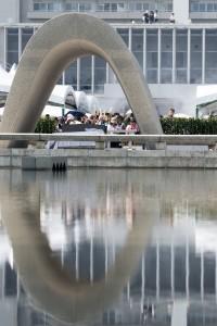 Der Kenotaph als zentrale Gedenkstätte im Peace Memorial Park von Hiroshima. Foto: A. Renner, August 2015